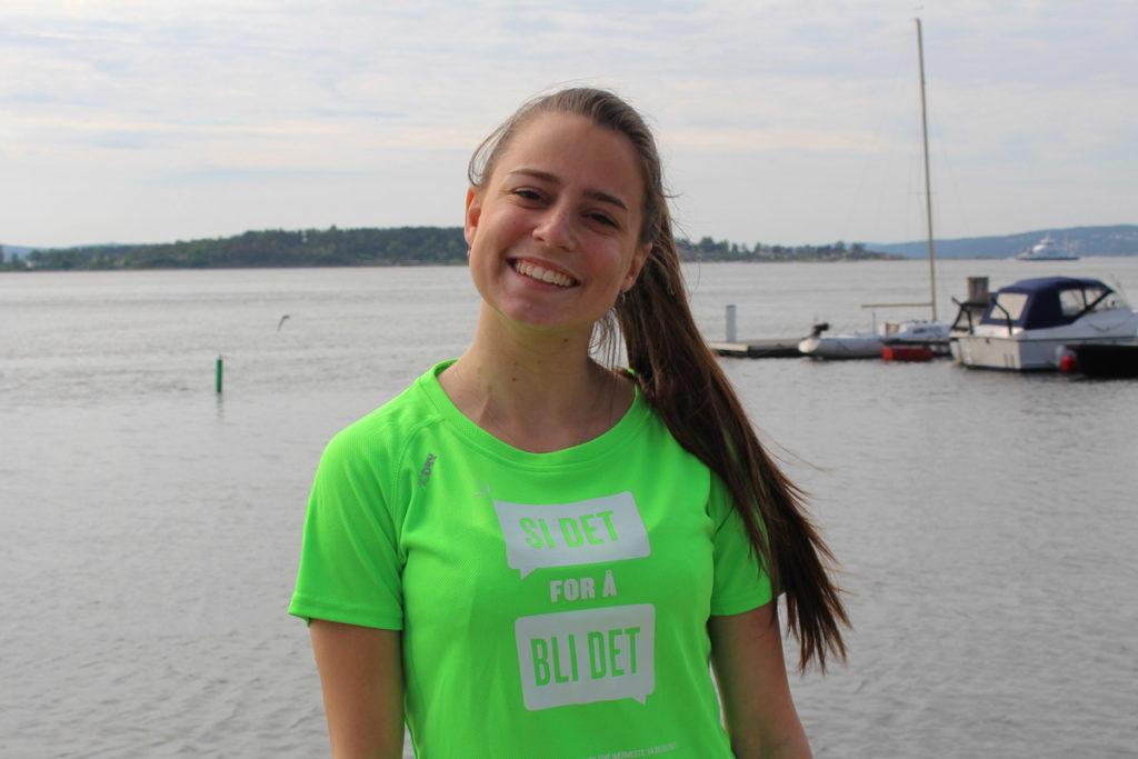 Bilde av Benedicte Abello med grønn t-skjorte med trykket si det for å bli det.