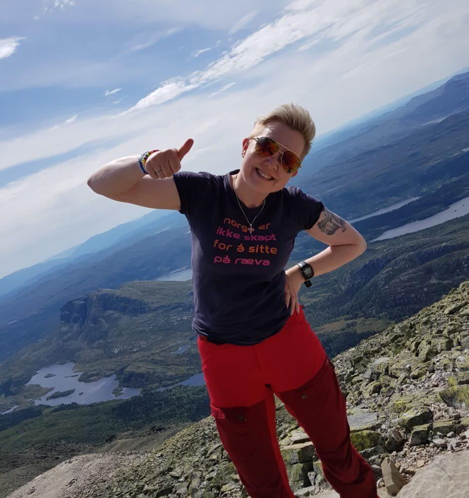 Bilde av Eva-Beate på en fjelltopp