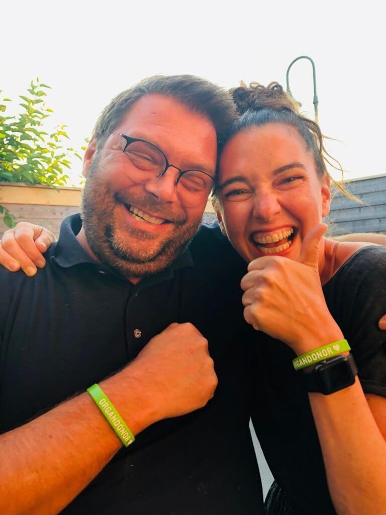 Bilde av Jeanette og kameraten som viser frem donorarmbåndene deres