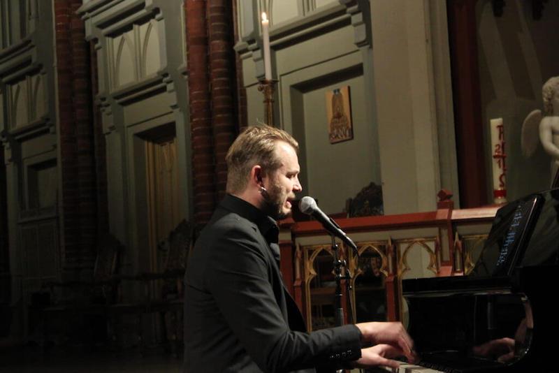 Bilde av Knut Anders Sørum som synger og spiller piano i Bragernes Kirke