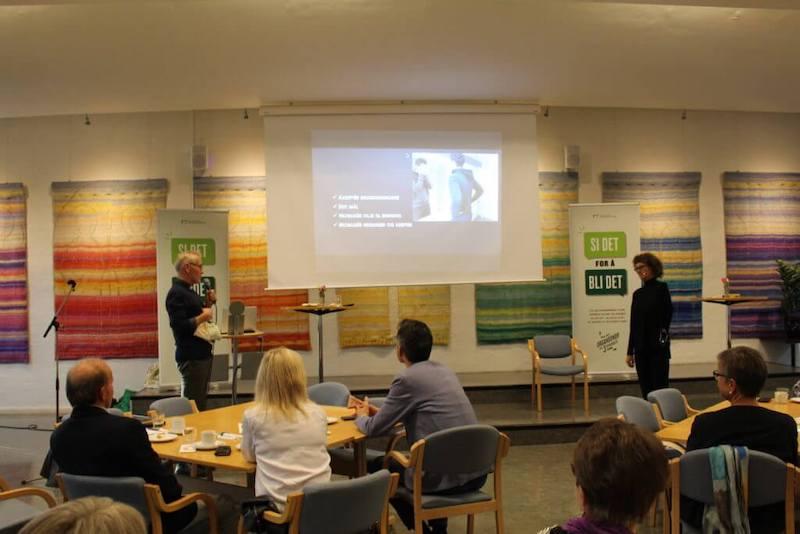 Bilde av Anne Grethe Solberg som holder foredrag.