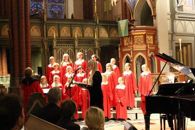 Bilde av et kor som synger i Bragernes Kirke.