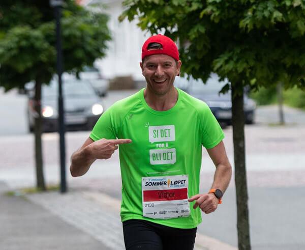 Bilde av Victor Supersaxo som løper med grønn t-skjorte med skriften si det for å bli det.