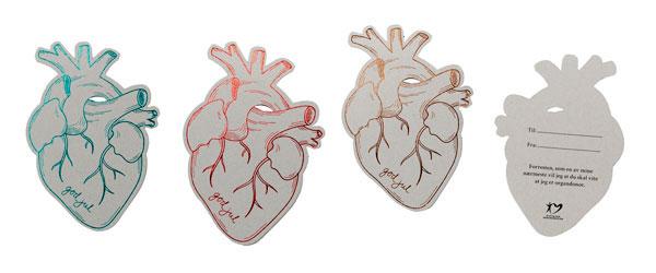 Foto av gavelapper formet som anatomiske hjerter i ulike farger.