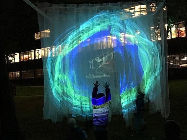 Bilde av lysinstallasjon som viser logoen til Stiftelsen Organdonasjon.