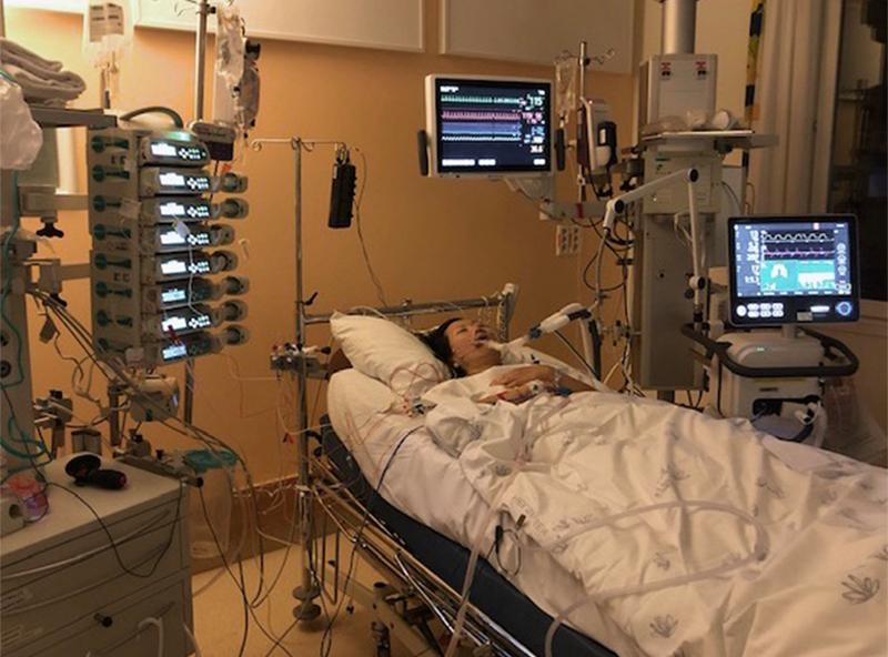 Bildet fra intensivavdelingen. Eileen ligger i sykehussengen koblet til mange maskiner.