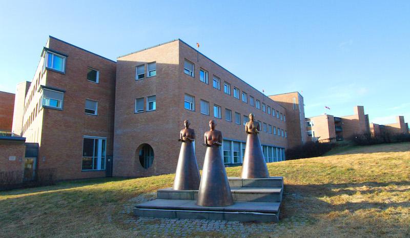 «Tre gratier», foran Oslo universitetssykehus, Rikshospitalet. Foto: Anders Bayer, OUS